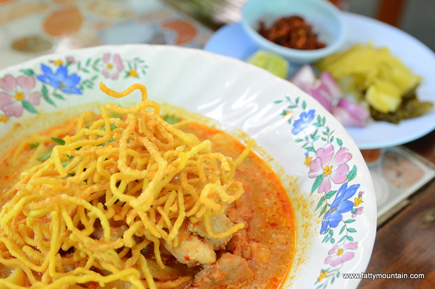 Khao Soi with chicken with the chii flakes and lime